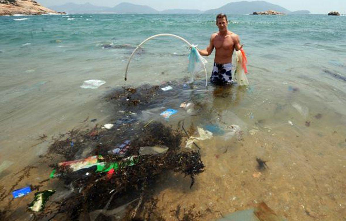 Plus de 80% des poubelles flottantes se forment à terre, avant d'être déversées en mer par les pluies et les fleuves. En 2008, un navigateur et chercheur américain, Charles Moore, avait découvert la poubelle du Pacifique: 100 millions de tonnes de déchets, un continent flottant grand comme deux fois les Etats-Unis qui dérive entre Hawai et le Japon. Sur les plages du sud de Hong-Kong, on retrouve les déchets asiatiques et américains qui jonchent le Pacifique. – AFP PHOTO/MIKE CLARKE