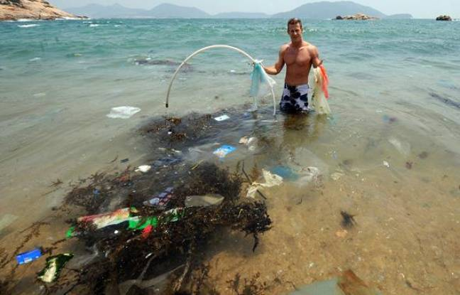 Plus de 80% des poubelles flottantes se forment à terre, avant d'être déversées en mer par les pluies et les fleuves. En 2008, un navigateur et chercheur américain, Charles Moore, avait découvert la poubelle du Pacifique: 100 millions de tonnes de déchets, un continent flottant grand comme deux fois les Etats-Unis qui dérive entre Hawai et le Japon. Sur les plages du sud de Hong-Kong, on retrouve les déchets asiatiques et américains qui jonchent le Pacifique.