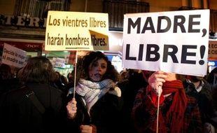 """Promesse de campagne en 2011 du chef conservateur espagnol Mariano Rajoy mais retardé depuis, le projet de loi supprimant quasiment le droit à l'avortement en Espagne a été approuvé vendredi par le gouvernement, féministes et gauche dénonçant un """"retour de 30 ans en arrière""""."""