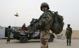 Un soldat français patrouille avec des soldats maliens à Kidal, au Nord du Mali, le 27 juillet 2013