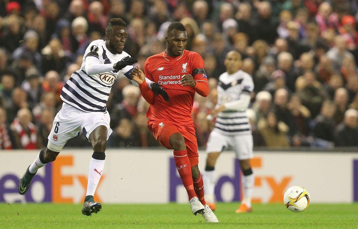 Le capitaine des Girondins de Bordeaux Lamine Sané (à g., face à Liverpool, le 26 novembre 2015) fait partie des joueurs expérimentés censés tirer l'équipe vers le haut. – BPI/REX Shutterstock/SIPA