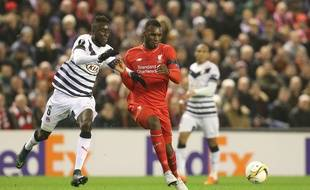 Le capitaine des Girondins de Bordeaux Lamine Sané (à g., face à Liverpool, le 26 novembre 2015) fait partie des joueurs expérimentés censés tirer l'équipe vers le haut.