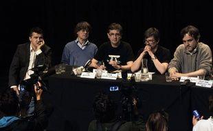 """L'incendie mercredi des locaux de l'hebdomadaire satirique Charlie Hebdo, le piratage du site internet, et les menaces sur Facebook ne sont """"pas forcément liés"""", a estimé jeudi Charb, son directeur de la publication, lors d'une conférence de presse."""