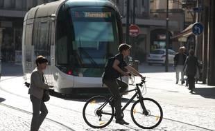 Dans les centre-villes de nombreuses grandes villes de France (comme à Strasbourg sur l'image), les cyclistes comme les piétons croisent très fréquemment le tram. Illustration