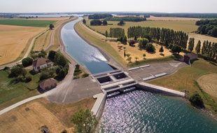 Le canal de jonction entre le lac d'Amance et le lac du temple qui forment le lac-réservoir Aube. Par l'EPTS Seine Grands lacs.