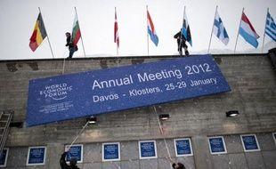 """Les dirigeants de l'élite politique, économique et financière de la planète se retrouvent mercredi à Davos (est) pour leur grand rendez-vous annuel, loin des tumultes d'un monde """"épuisé"""" par la crise et des incertitudes entourant son avenir économique."""