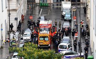 Les secours devant les anciens locaux de «Charlie Hebdo», à Paris, après l'attaque au couteau du 25 septembre 2020.