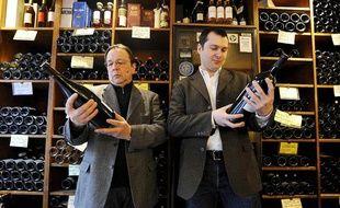 Les fondateurs d'Edonys, le projet de chaîne télévisée spécialisée dans le vin, dans la cave du célèbre bar à vin Juvéniles à Paris le 4 mars 2010.