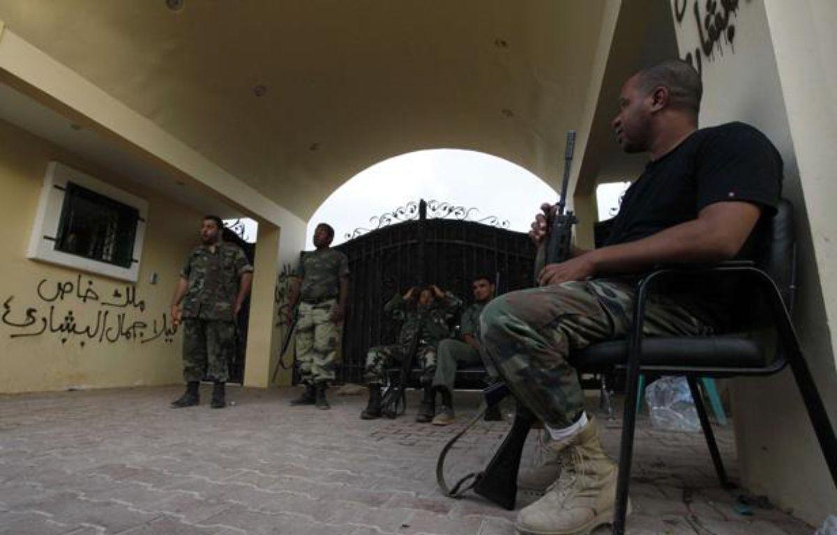 Des gardes libyens surveillent l'entrée du consulat de Benghazi, en Libye, le 15 septembre 2012. – Mohammad Hannon/AP/SIPA