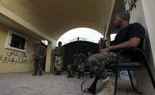 Des gardes libyens surveillent l'entrée du consulat de Benghazi, en Libye, le 15 septembre 2012.