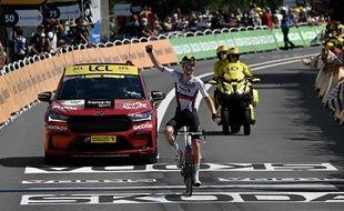 Matej Mohoric célèbre sa victoire lors de la 19e étape, à Libourne, le 16 juillet 2021. (Photo by Philippe LOPEZ / AFP)