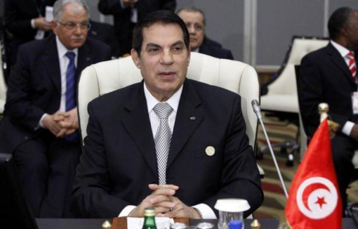 Le président tunisien déchu Zine El Abidine Ben Ali a été condamné par contumace à la prison à perpétuité pour complicité de meurtre de 43 manifestants durant le soulèvement populaire qui a fini par le renverser, a indiqué jeudi le juge Hedi Ayari du tribunal militaire de Tunis. – Mahmud Turkia afp.com