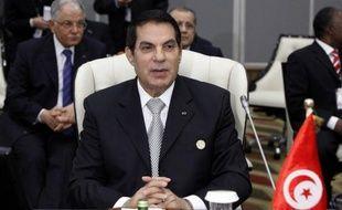 Le président tunisien déchu Zine El Abidine Ben Ali a été condamné par contumace à la prison à perpétuité pour complicité de meurtre de 43 manifestants durant le soulèvement populaire qui a fini par le renverser, a indiqué jeudi le juge Hedi Ayari du tribunal militaire de Tunis.