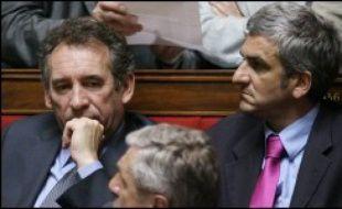 Le président de l'UDF François Bayrou et le chef de file des députés centristes, Hervé Morin, se sont associés au recours du groupe socialiste à l'Assemblée nationale contre le projet de loi sur le droit d'auteur devant le Conseil constitutionnel, a annoncé vendredi le groupe PS.