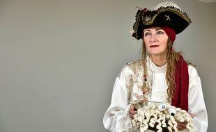 """Ordonnée """"ministeroni"""", Karen Martyn a célébré le tout premier mariage légal de l'Eglise du monstre de spaghettis volant."""