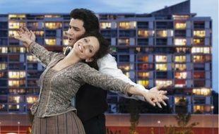 Maya Boog et Saimir Pirgu interprètent Mimi et Rodolphe, au milieu des barres HLM.