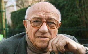 L'auteur français Bernard Clavel pose le 26 février 2003, dans les rues de Paris pour la sortie de son dernier livre «La table du roi».