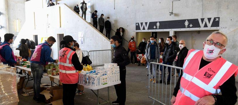 Les Restos du coeur ont organisé une distribution alimentaire à destination des étudiants au Vélodrome