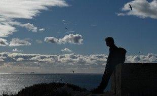Un homme sur une colline du Frioul à Marseille
