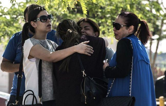 Des familles de passagers qui ont disparu dans le crash de l'avion de la compagnie Egyptair, le    19 mai 2016 au Caire, en Egypte.