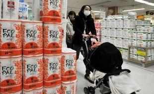 Une Japonaise au rayon papier toilette d'un supermarché de Tokyo, le 29 mars 2011. Après le tremblement de terre, il est devenu très difficile de trouver des produits d'usage quotidien comme le papier toilette ou les piles.