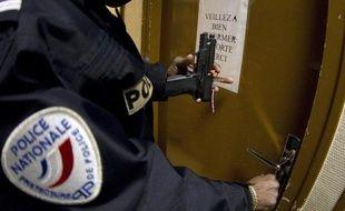 """La plupart des syndicats de police ont exprimé leur """"déception"""" vendredi après la publication d'un rapport préconisant le statu quo pour les règles d'usage des armes, plusieurs semaines après une vague de contestation inédite née de la mise en examen d'un policier."""