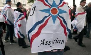 Manifestation de la communauté assyro-chaldéenne des chrétiens d'Irak devant l'Assemblée nationale le 8 juillet 2014 pour attirer l'attention sur le sort de leurs proches en danger dans le nord de l'Irak
