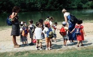 Des enfants en promenades avec leurs monitrices.