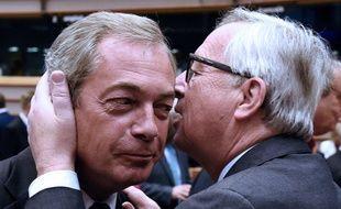 Le chef de l'UKIP Nigel Farage accueilli par le président de la Commission européenne Jean-Claude Juncker à Bruxelles le 28 juin 2016