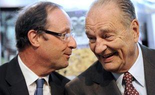 François Hollande et Jacques Chirac montrent beaucoup de complicité lors d'une exposition consacrée à l'art chinois au Musée de Saran, en Corrèze, samedi 11 juin 2011.