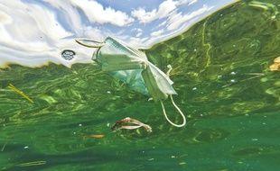 Masque chirurgical flottant à la surface de l'eau.