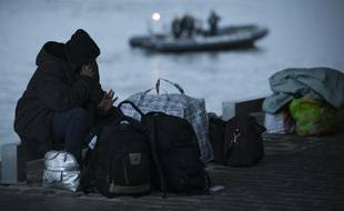 Un migrant s'apprête à quitter le campement installé devant la gare d'Austerlitz, le 17 septembre 2015 à Paris