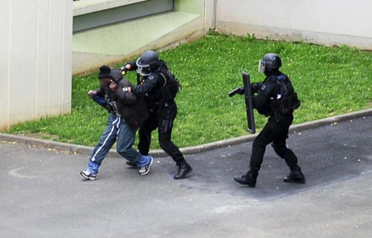 Le preneur d'otage est interpellé par les forces de l'ordre dans la cour d'une école maternelle de Vitry-sur-Seine (Val-de-Marne) , le 10 juillet 2012. – V. WARTNER / 20 MINUTES