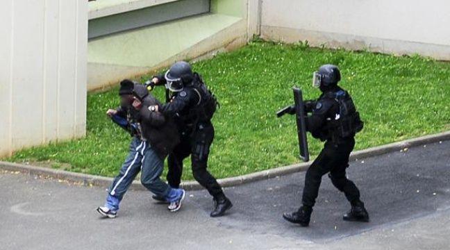img.20mn.fr/h6BWH5z_QY2TTQt028NktA/648x360_ecole-maternelle-vitry-sur-seine-val-de-marne-laquelle-lieu-prise-otages-10-juillet-2012.jpg