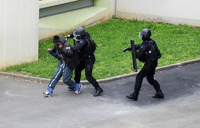 Le preneur d'otage est interpellé par les forces de l'ordre dans la cour d'une école maternelle de Vitry-sur-Seine (Val-de-Marne) , le 10 juillet 2012.