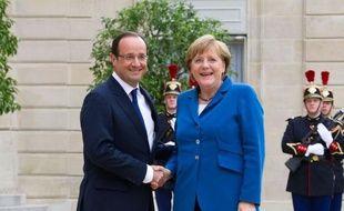 """La France et l'Allemagne veulent """"approfondir l'union économique, monétaire et demain politique"""", a déclaré mercredi François Hollande en recevant la chancelière allemande Angela Merkel à la veille d'un sommet européen jugé déterminant pour l'avenir de la zone euro."""