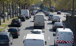 Des voitures en circulatio. (Illustration)