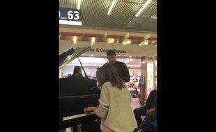 La pianiste Valérie Marie et le chanteur Grégory Benchenafi ont improvisé une reprise de la chanson «Hallelujah» de Leonard Cohen, le 18 février 2018 à l'aéroport de Toulouse-Blagnac.