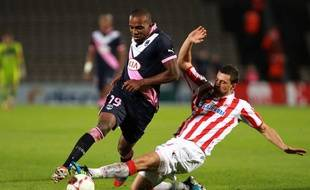 Nicolas Maurice Belay (Bordeaux), taclé par Milan Jovanovic (Belgrade) le 30 août 2012 dans le cadre de le Ligue Europa.