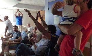 Le match est terminé, les fans des Bleus laissent éclater leur joie à la maternité des Bluets.