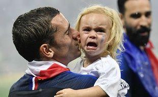 La petite fille de Griezmann se souviendra longtemps de la victoire des Bleus le 15 juillet 2018.