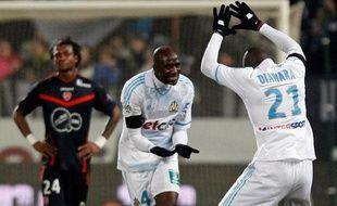 Les Marseillais Alou Diarra et Diawara célébrent le but marqué contre Valenciennes lors de la 24e journée de Ligue 1 le 18 févrie 2012.