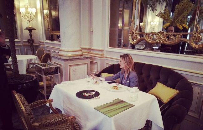 La journaliste anglaise Louise Ekland au Cinq, pendant son repas.