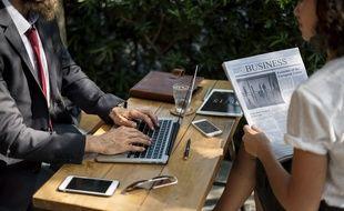 Une femme et un homme au travail.