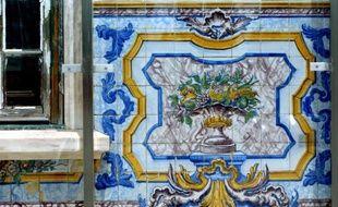 """Un mur d'""""azulejos"""", de la céramique peinte qui symbolise la culture portugaise, photo prise le 5 juin à Lisbonne"""