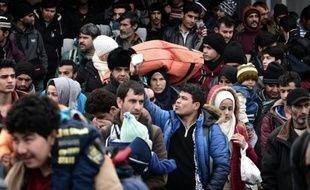 Des centaines de migrants à leur arrivée le 10 février 2016 dans le port du Pirée