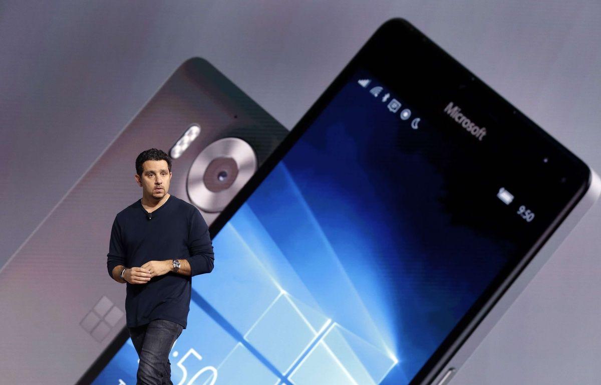 Panos Panay, vice-président «devices» de Microsoft, présente le smartphone Lumia 950, le 6 octobre 2015. – R.DREW/AP/SIPA