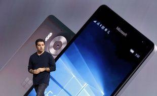 Panos Panay, vice-président «devices» de Microsoft, présente le smartphone Lumia 950, le 6 octobre 2015.