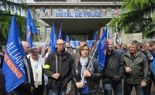 Environ 150 personnes étaient rassemblées ce mercredi midi devant le commissariat central à Rennes.