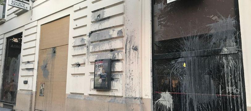 La banque peinturlurée se situe au centre-ville de Nice